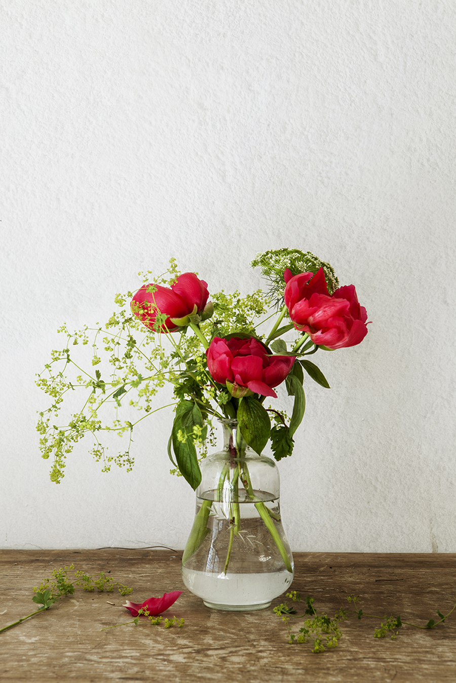 *** Local Caption *** JarrÛn de cristal con flores / arreglos florales / obra de InÈs Urquijo NUEVO ESTILO 459 01/06/2016 P230