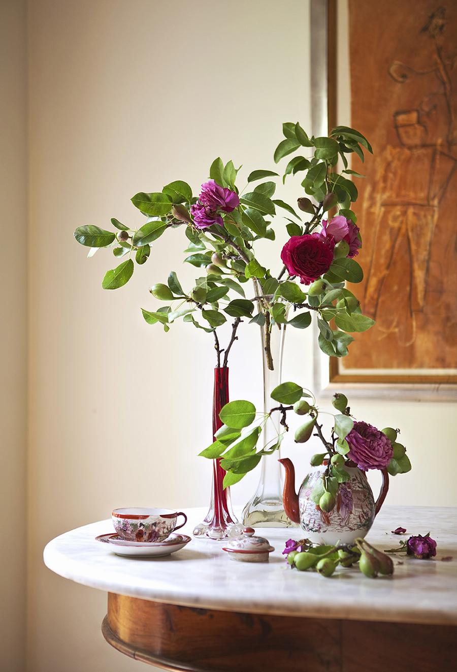 *** Local Caption *** Cafetera de porcelana con flores / jarrÛn / rosas / arreglo floral / arreglos florales / taza / obra de InÈs Urquijo NUEVO ESTILO 463 01/10/2016 P230
